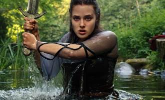 「鋼鐵人」女兒化身女神 《天命之咒》獲神力發威抗敵