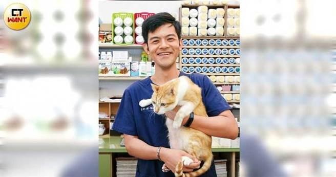 擁有台、日獸醫資格的林士傑,大學時曾研修中獸醫課程,激發對中醫及針灸療法的興趣。(圖/鄭清元攝)