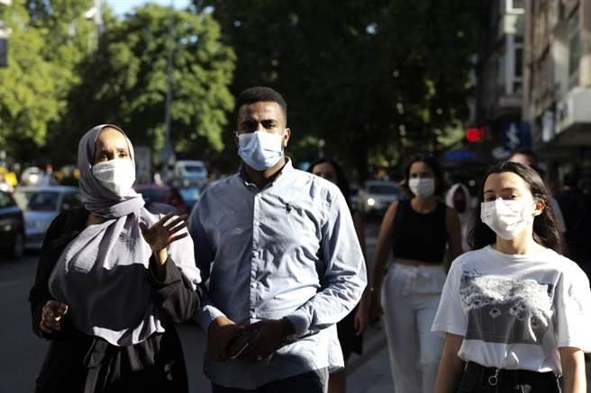 專家認為,強制全民戴口罩可避免5%經濟損失。(美聯社)