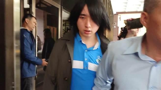 王文洋與女友呂安妮的兒子王銓勵,2018年為老爸告老媽的官司出庭。(中時資料照 陳志賢攝)