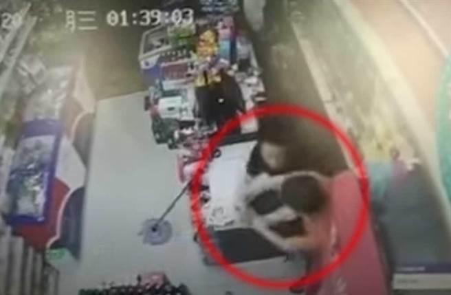 持刀搶匪與店員糾纏。(截自《澎湃新聞》畫面)