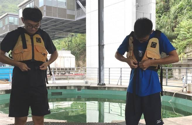 陳冠霖同學著裝體驗水上活動。(教育部提供)