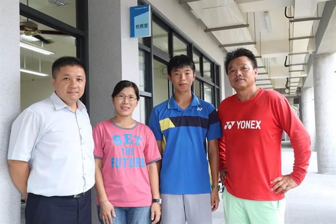 南寧高中校长苏宗立(左一)寄予厚望,盼兄弟俩在教练陈信亨(右一)的栽培下,能为校、为国争光。(李宜杰摄)