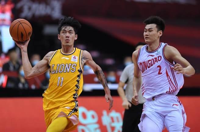 台灣球員劉錚(左)今天在大陸CBA聯賽攻下12分,幫助廣廈輕鬆擊敗青島。(新華社)