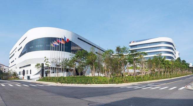 台中精機智慧工廠與企業營運總部矗立大肚山麓,相當雄偉。圖/業者提供
