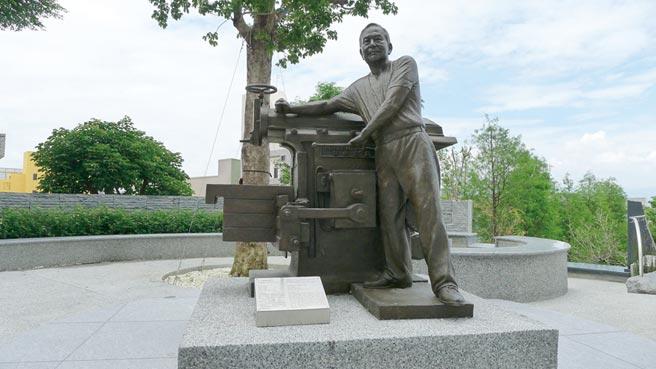 創辦人黃奇煌銅雕