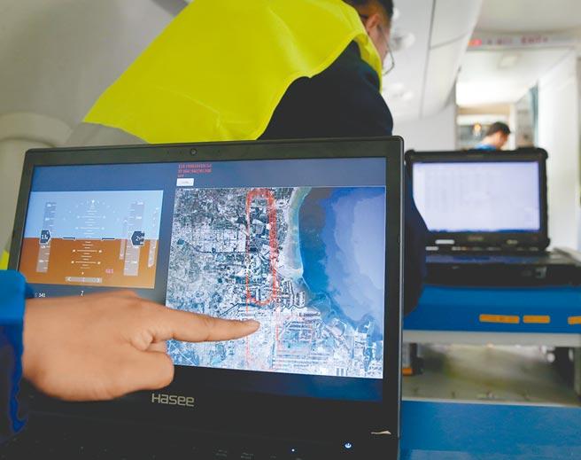 2017年10月14日,工作人員在飛機上展示透過北斗衛星定位系統,獲得的飛行軌跡圖。(新華社)