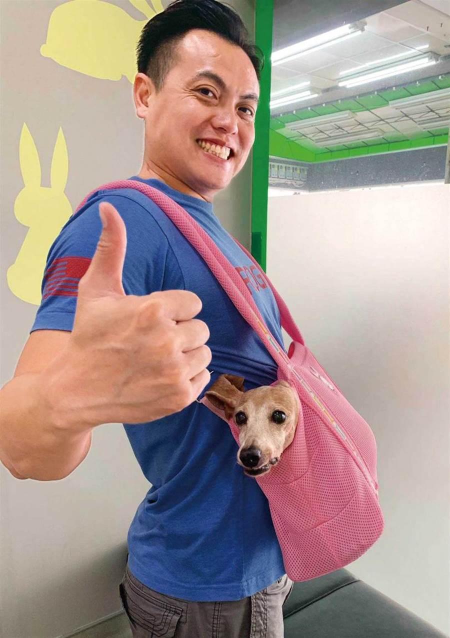 「雙肩前背式寵物背袋」適合無法直抱的臘腸狗,客人購買後主動拍照回傳,告知很滿意、揹起來不會累。(圖/讀者提供)