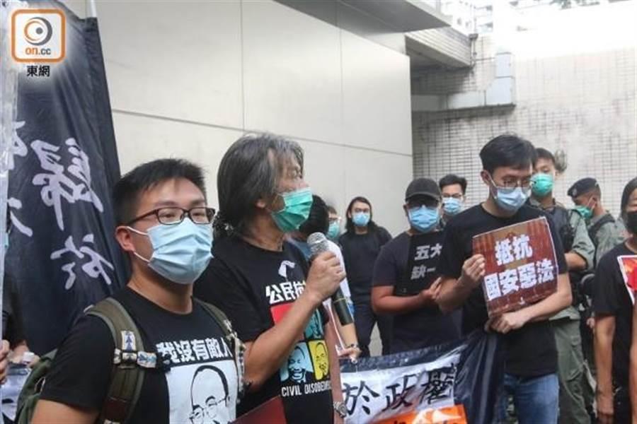 (左起)黃浩銘、梁國雄和吳文遠計劃遊行到升旗禮現場。(東網)