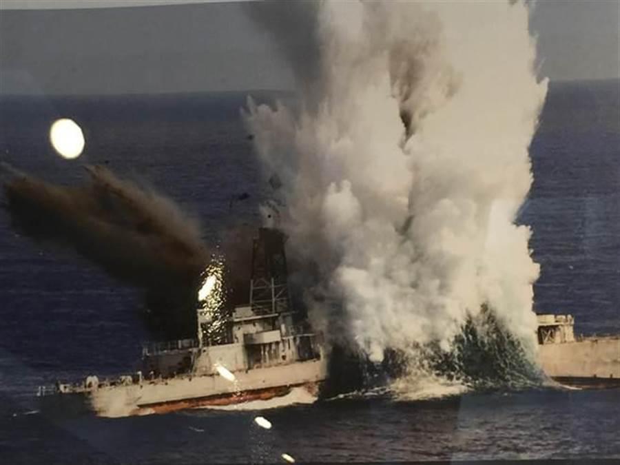 海軍潛艦發射重型魚雷擊沉靶艦。呂昭隆翻攝海軍256隊史館