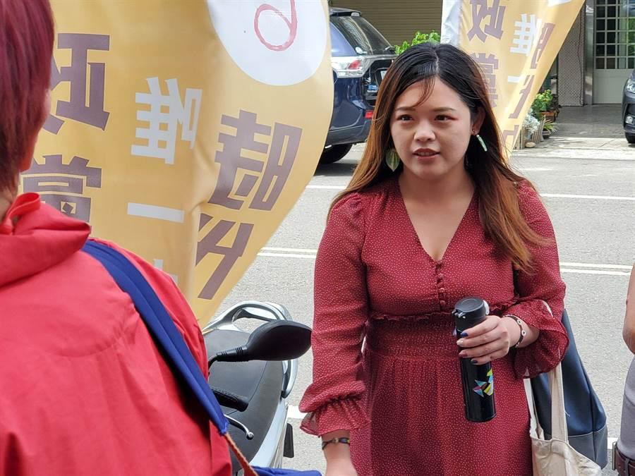 雲林縣時代力量女議員廖郁賢今(1日)出面對媒體說明訃聞風波。(周麗蘭攝)