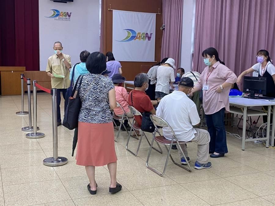大安區為長者最多的區域,約有64280人,長者怕熱大多會集中在早上到區公所申請。(游念育攝)