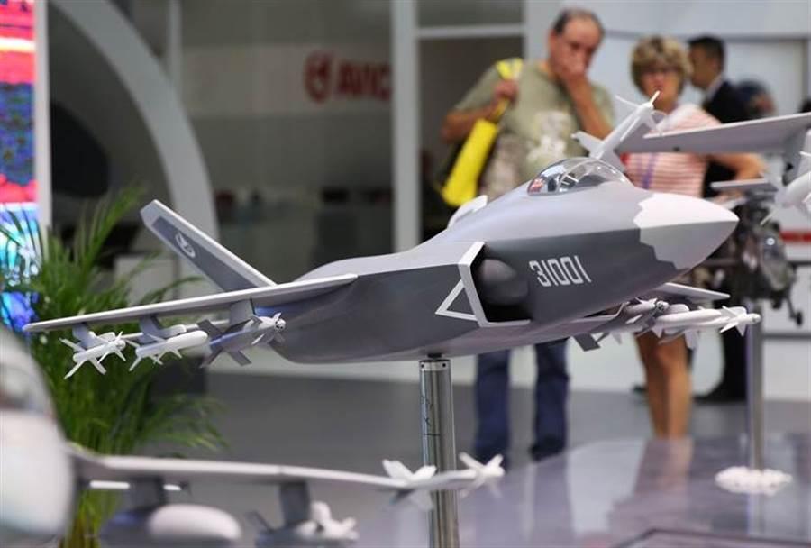 中國航空工業集團2019年6月17日在巴黎航展上,秀出俗稱殲-31的第4代多用途隱形戰機FC-31「鶻鷹」模型。(新華社)