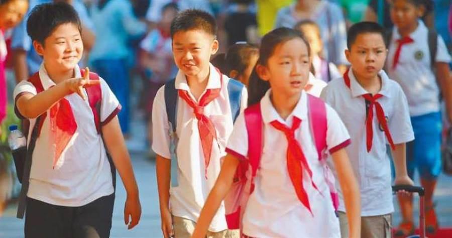大陸青少年熱衷追星,不少人從小學就開始,圖為南京一所小學。(圖/中新社資料照片)