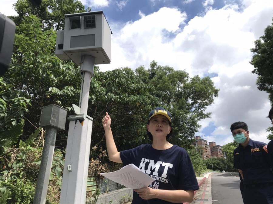 北市議員王鴻薇今天上午到學園路會勘,質疑測速照相機變成裝置藝術。(譚宇哲攝)