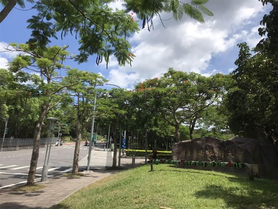 學園路緊鄰台北藝術大學、台北城市科技大學,是許多學生騎機車通勤的必經之路。(譚宇哲攝)