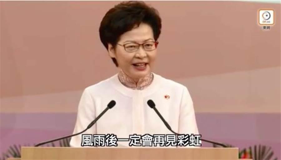林鄭月娥在七一酒會致詞時一度哽咽。(香港東網)