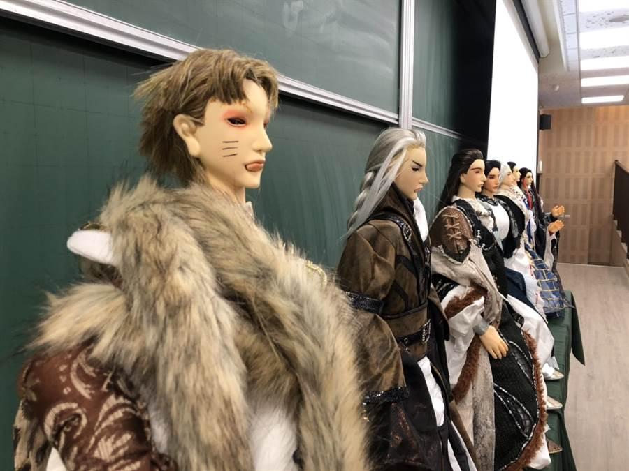發表會現場,學手帶著親手打造的「英雄好漢」戲偶,分享一學期的經驗。(主辦單位提供)