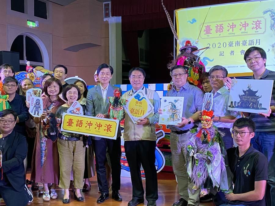 台南市長黃偉哲今天表示將送房子搶三倍券商機。(曹婷婷攝)