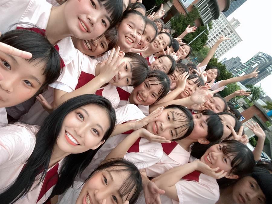 祈錦鈅開心和合作學生合照,顏質完全無違和!(圖/固力狗娛樂提供)