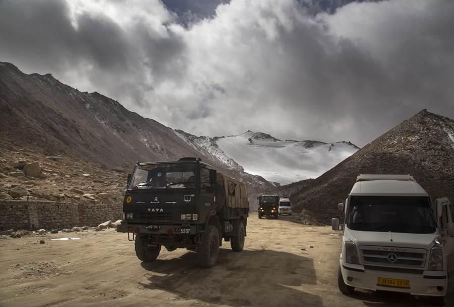 印度軍車通過拉達克(Ladak)班公湖(Pangong Lake)附近張拉山口(Chang La Pass)的資料照。(美聯社)