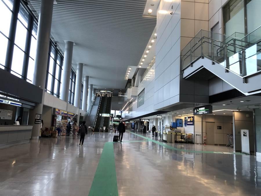 日本政府開始與疫情穩定的國家協商開放旅客出入境事宜。(示意圖,成田機場少了外國旅客顯得冷冷清清。黃菁菁攝)