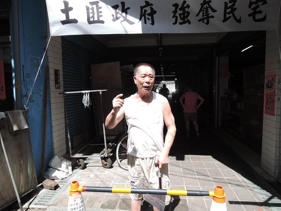 義竹鄉零售市場自救會在市場出入口掛上「土匪政府、強奪民宅」白布條。(張毓翎攝)