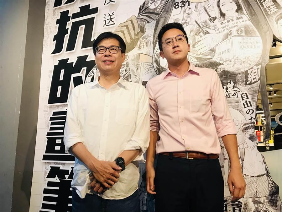 民進黨高雄市長補選參選人陳其邁(左)1日下午出席台灣漫畫基地,參觀香港反送中運動周年圖像展。(張穎齊攝)