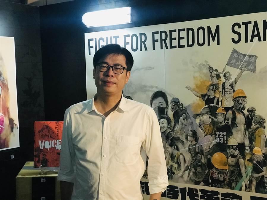 民進黨高雄市長補選參選人陳其邁1日下午出席台灣漫畫基地,參觀香港反送中運動周年圖像展。(張穎齊攝)
