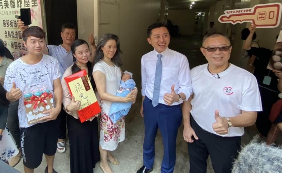 林姓夫妻(左)的長男成為新竹市第45萬名人口,市長林智堅(右二)今天開著新車到府送上賀禮。(陳育賢攝)