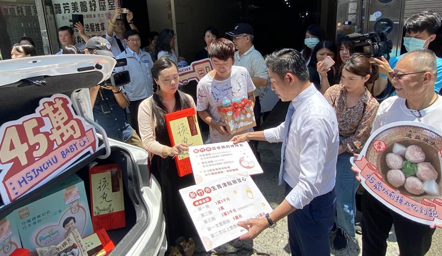 林姓夫妻(左)的長男成為新竹市第45萬名人口,市長林智堅(中)今天開著新車到府送上賀禮。(陳育賢攝)