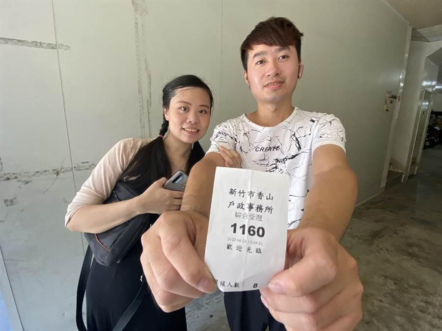 范雅茹開心的生先生展示這張「1160」號碼牌,她說,「1160」以後就是全家的幸運號碼。(陳育賢攝)