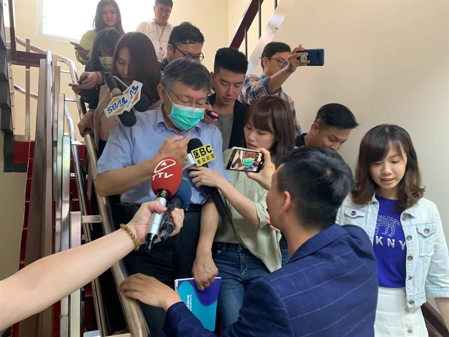 台北市長、民眾黨主席柯文哲每周三中午力行前往立法院黨團開會,面對媒體提問香港《國安法》是否管太寬?柯文哲僅嘆氣說「唉」,便上車離開。(報系資料照)