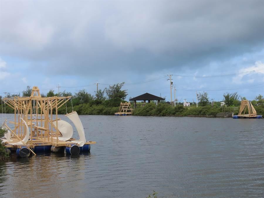 台灣大學、成功大學建築系學生與北門婚紗美地委外業者合作,利用木材、浮筒、帆布等材料,製作出無動力水上裝置藝術,讓鹽湖景觀區有了新風貌。(莊曜聰攝)
