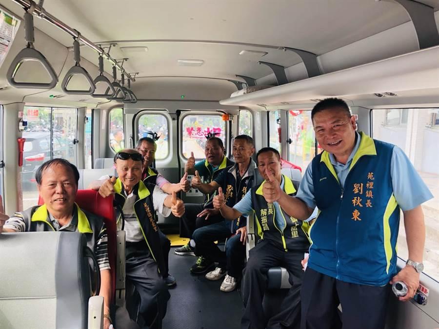 台中市839路公車7月1日通車,苑裡鎮長劉秋東與鎮民代表及里長們體驗搭乘。(苑裡鎮公所提供/巫靜婷苗栗傳真)