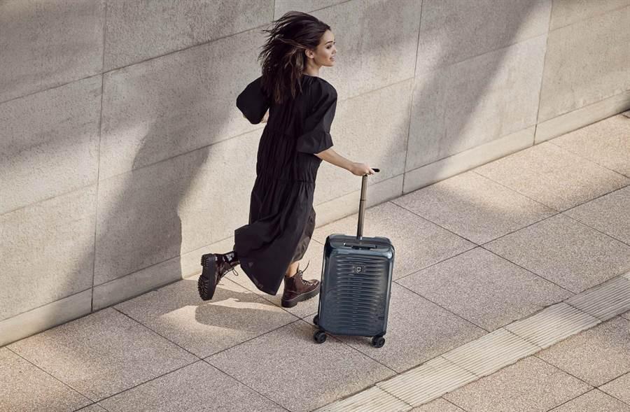 解封必備!Victorinox最輕AIROX登機箱 繽紛選色輕盈出遊(圖/品牌提供)