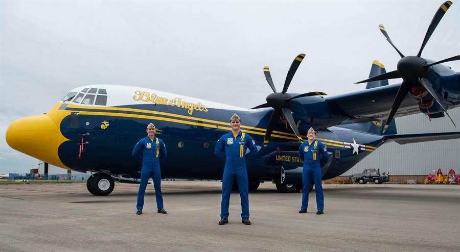 藍天使小組展示新的「胖艾伯特」,原本是英國皇家空軍的C-130J。(圖/U.S. Navy Blue Angels)