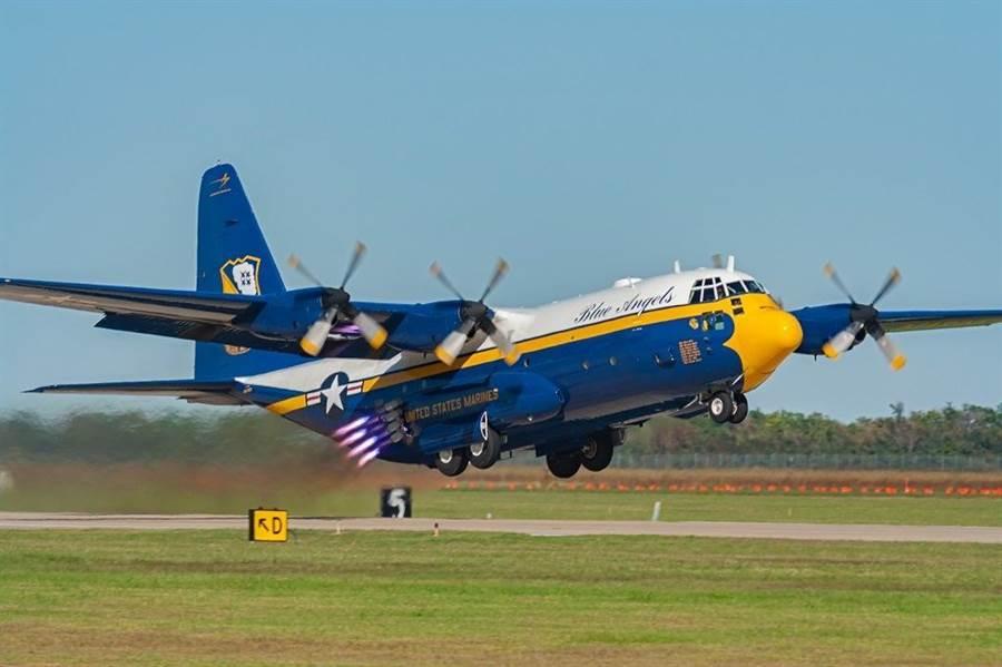 藍天使特技小組原本的「胖艾伯特」C-130T,塗裝與現在的C-130J有些不同。(圖/美國海軍)