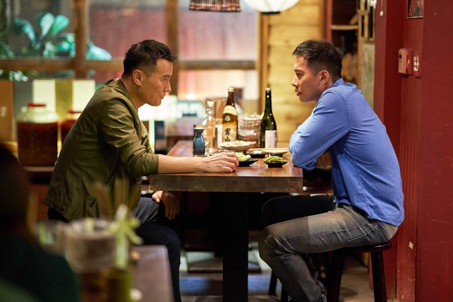 《違反校規的跳投》顏行書(右)客串演出籃球教練,左為李銘忠。(七十六号原子提供)