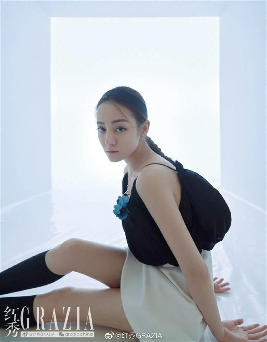 迪麗熱巴細肩帶配迷你裙太逆齡!清涼穿搭引熱議(圖/摘自微博@紅秀GRAZIA)