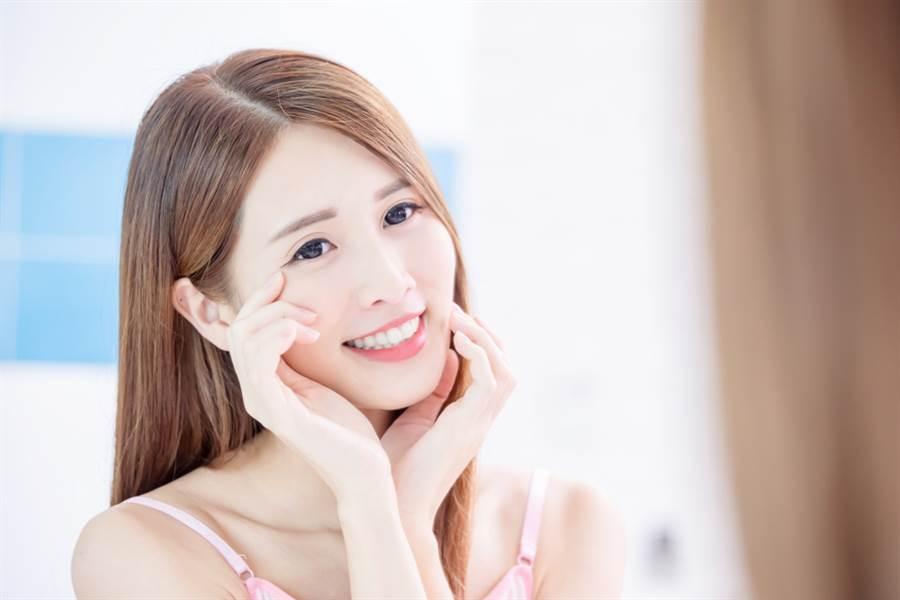 許多人化妝時很在意睫毛的卷翹度,只要加上睫毛底膏步驟,就能延長睫毛的卷翹時間。(示意圖/shutterstock提供)