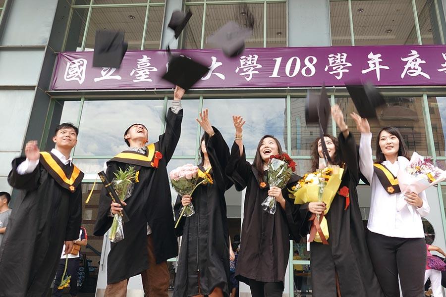 今年的畢業生一離開校園、踏進社會的第一步,就必須面對後新冠病毒的世界。然而,他們也將面對人類前所未有的機會。圖為台大畢業生在典禮結束後拋帽子慶祝。圖/本報資料照片