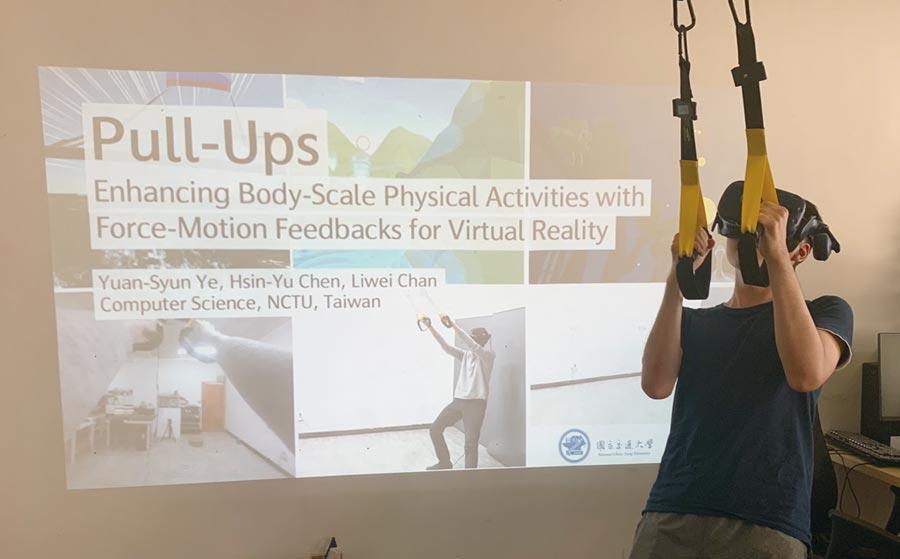 來自MIT的交流同學至實驗室參訪體驗VR。圖/交大提供