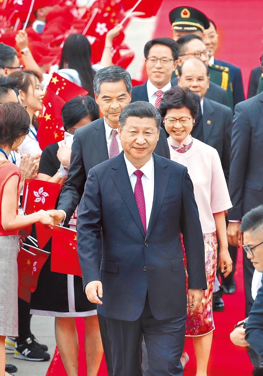 大陸國家主席習近平(前)反守為攻,突襲力推港版《國安法》。圖為習近平2017年訪問香港。(美聯社資料照片)