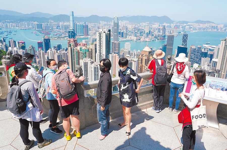 港版《國安法》通過,恐影響香港在亞洲金融中心的地位,但台灣「先天不足、後天失調」,難以取代香港成為亞洲金融中心。圖為香港太平山觀光客。(中新社)