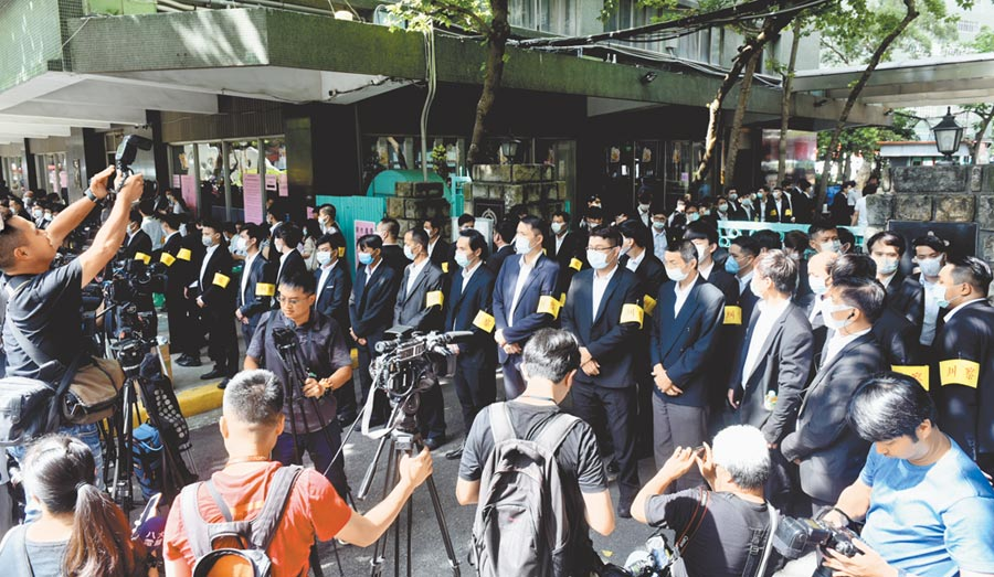 大同公司昨日舉行股東常會改選董事,公司派出動綁上黃臂章的黑衣糾察隊維持秩序。(顏謙隆攝)