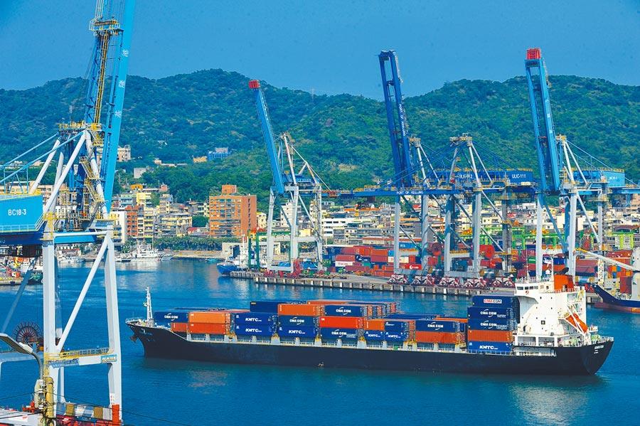 2019年我國外銷訂單在國內生產比仍是最高。圖為裝載好貨櫃的貨櫃船緩緩駛出基隆港。(資料照片)