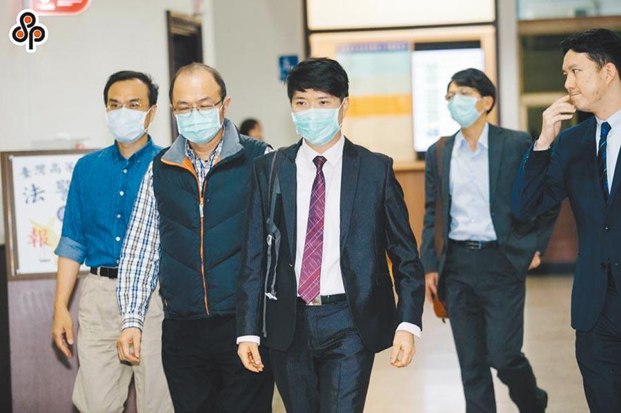 檢察官陳隆翔(左三)因偵辦曲棍球協會補助款案遭監委彈劾。(本報資料照片)