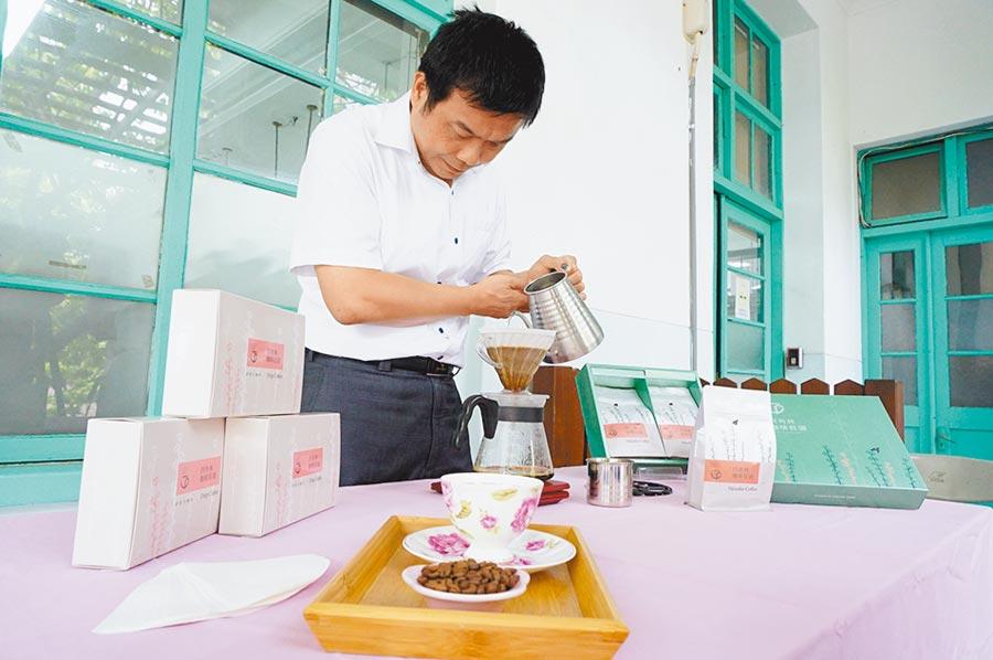 台中市農會推廣精品咖啡,四角林咖啡莊園代表選手邱文彬示範手沖咖啡。(王文吉攝)