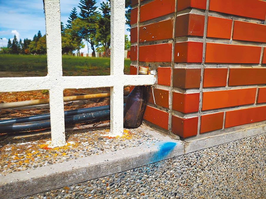 記者實際走訪現場,並未找到毒品針頭,僅發現一些零星使用過的瓶罐,放置在校園圍牆旁。(吳建輝攝)